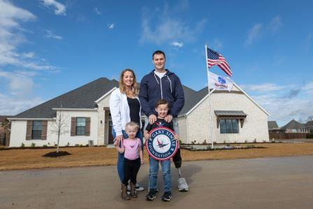 US Army CPT Jake Murphy (Ret.), his wife Lisa, son Nolan, and daughter Lila.